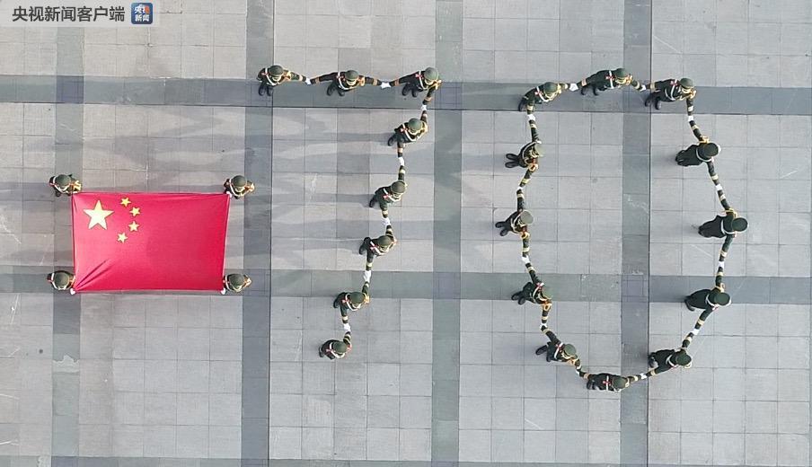在这25名护旗手里面,有4名是港澳台学生。来自台湾的陈同学,就是护旗队的成员之一。陈同学的父亲是台南人。改革开放以后,陈爸爸敏锐地感知到祖国大陆将迎来高速发展的时期,于是毅然放弃掉在台湾还不错的收入,带着妻儿回到了大陆定居。陈同学在厦门长大,中学就当过升旗手,进入暨大以后,又加入了学校的护旗队,因为在他心中,这面五星红旗象征着中国,他以此为傲。