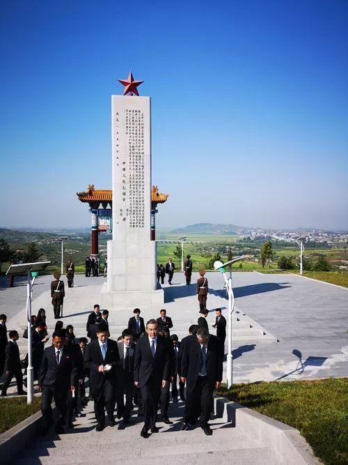 9月3日,正在朝鲜访问的国务委员兼外交部长王毅专程前往平安南道安州市祭扫中国人民志愿军烈士陵园。(外交部网站)