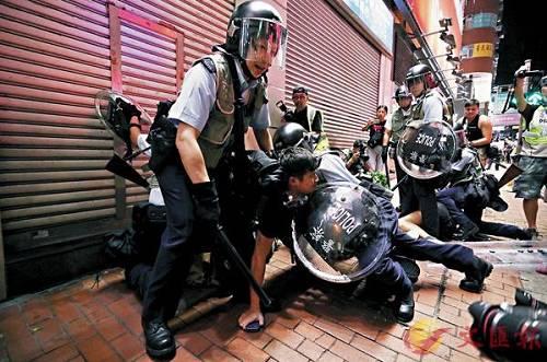 7月时警方制服激进示威者 图源:香港文汇报