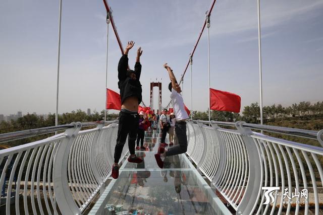 <b>新疆库尔勒市有座惊险刺激的9D玻璃天桥</b>