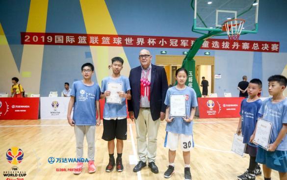国际篮联大洋洲主席伯顿·希普利为小球童颁发证书