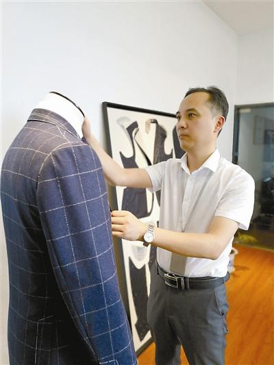 刚进公司时,潘超宇天天跟着一位上海老师傅学习,没事就窝在自己的