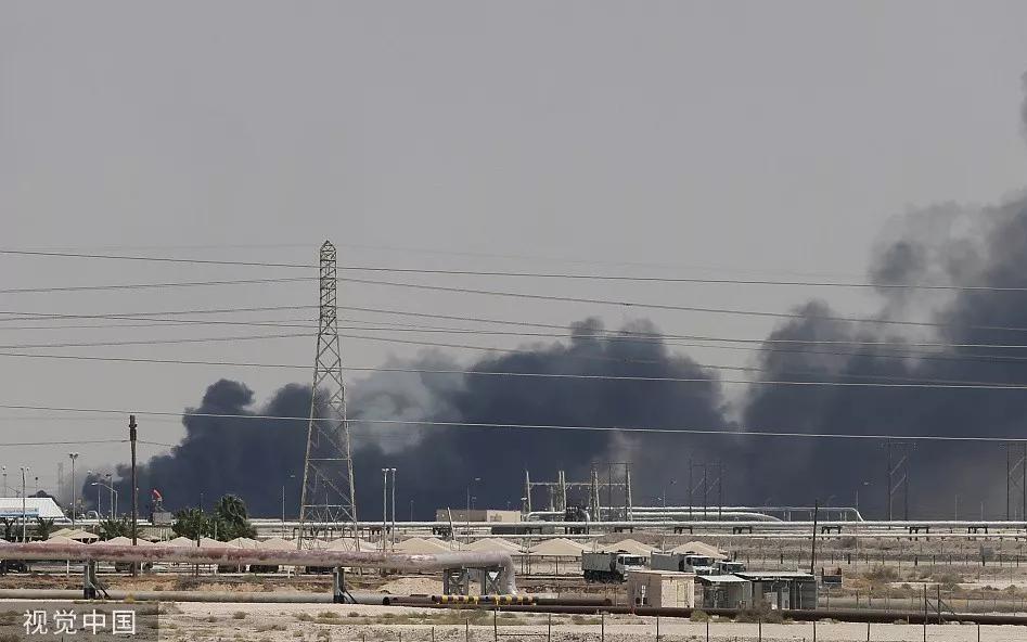 沙特石油设施遇袭后燃起大火,浓烟滚滚。图/视觉中国