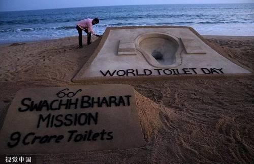 2018年世界厕所日,印度艺术家制作厕所沙雕艺术作品。