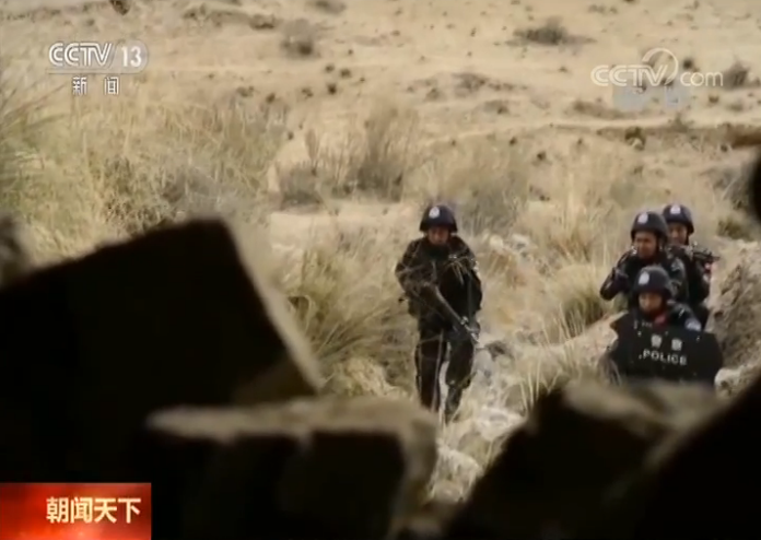 新疆维吾尔自治区和田地区皮山县公安局 民警:当时因为这些土炸弹(爆炸装置)它见到水会失效,然后我们引来了河水以后,我们灌进去,将近灌3到3个半小时左右,我们也看到犯罪嫌疑人藏匿的地点的相关生活物品慢慢地在往外流。气氛是非常紧张的,就是每一个人连呼吸咳嗽的声音我们都听得一清二楚。