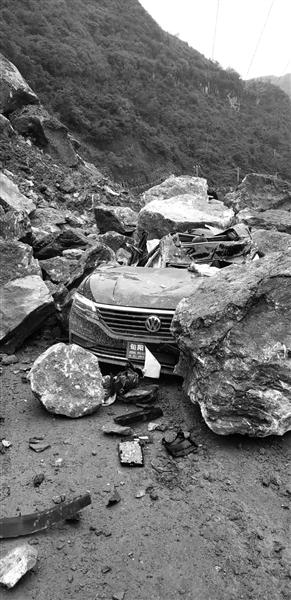 旬阳山体滑坡 一轿车被埋