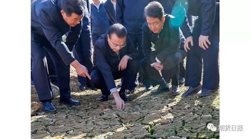 粮食生产历来是总理相等关心的题目。他来到附近一处晚稻田,向农民咨询水稻价格、奏效,栽粮成本等。总理说,农业是基础的基础,必定要珍惜农民栽粮的积极性,把近14亿人的饭碗牢牢端在本身手里。