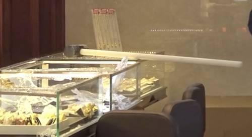 12月2日,香港长沙湾一家金铺遭匪徒持刀锤劫掠。