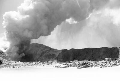 新西兰火山突然喷发