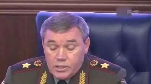 """俄武装力量总参谋长瓦列里·格拉西莫夫:(俄军)完善了配有拙劣声速助推滑翔弹头的战略洲际导弹""""前卫""""导弹综相符体的建造做事,列装该体系的第一个导弹团很快将开起实走战斗值勤义务 。"""