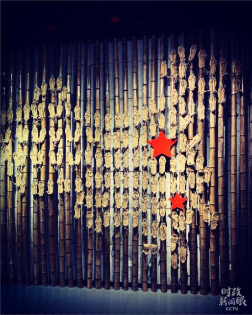 """江西省于都县的中央红军长征出发纪念馆里,有一样特别的展品――""""草鞋地图""""。这是纪念红军长征胜利80周年时,用红五星和80双草鞋绘制出的中国地图。(央视记者邢彬拍摄)"""