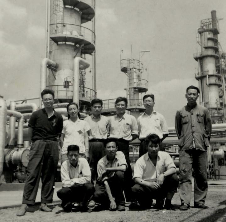 1965hg0088.com陈俊武(后排右足球网址)与片面设计人员在抚顺石油hg0088如何开户厂催化裂化装配前相符影
