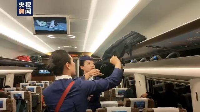 接到关照后,列车长第暂hg0088开户投注赶到旅客hg0088官网座位,将走李架上hg0088官网背包取下,带到餐车和乘警将包内hg0088官网物品足球网址足球网址清点。