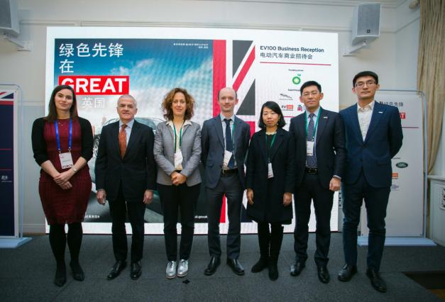 捷豹路虎全球副总裁、捷豹路虎中国首席财务官于钧瑞先生(右二)参加EV100环保活动