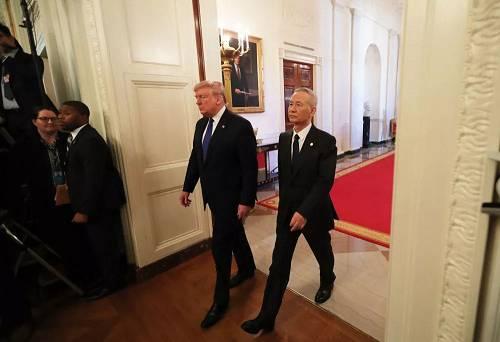 1月15日,刘鹤与特朗普抵达华盛顿白宫东厅,准备参添中美第一阶段经贸制定签定仪式。新华社记者 王迎 摄