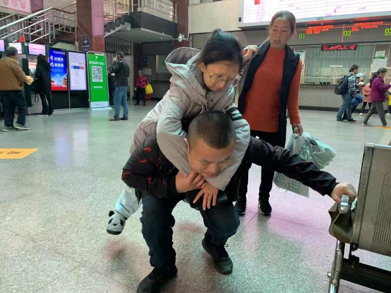 吴花燕和弟弟吴江龙。受访者供图