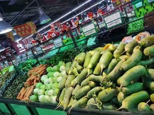 北京市民不会想到,每天各个家笑福门店中摆满的日均100众吨的蔬菜,是新年寒夜中,仅仅靠着4名采购人员添班添点,完善采购做事后,再投入到分装、进货,并送去28家门店的。