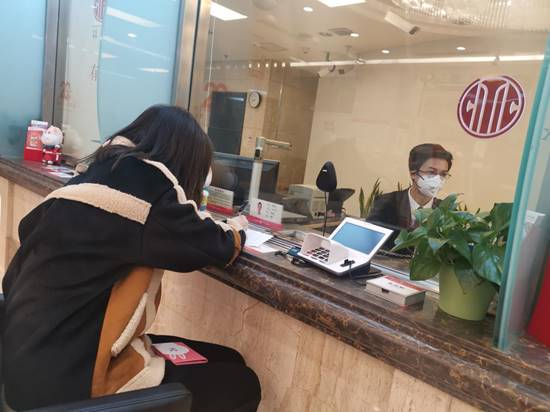 (上圖:中信銀行重慶渝中支行提前營業,為客戶辦理護照領取)