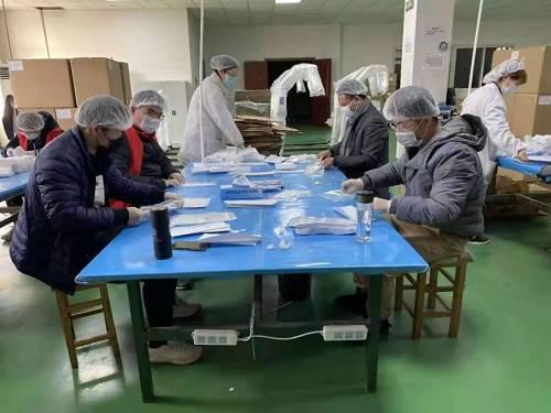 苏州相城支行党员陈家乐主动加入志愿者队伍,到防疫物资护目镜生产一线,协助装配。