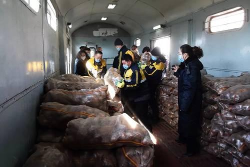 """""""又不克正点回家吃饭了,今天肯定要把土豆快装快运出去……""""集宁站客运车间走李房值班员马利一面仔细清点着待装的15吨土豆,一面在心底盘算着。"""