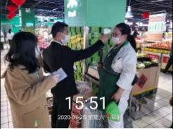 图:苏宁家乐福为员工每天测量体温