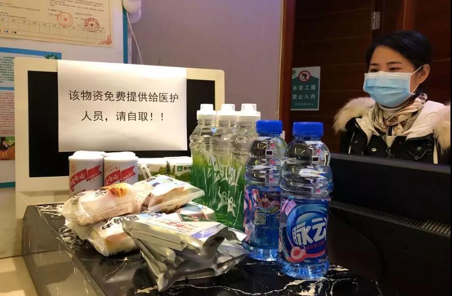 城市便捷酒店青少年宫店为医护人员提供免费零食。新京报记者向凯 摄