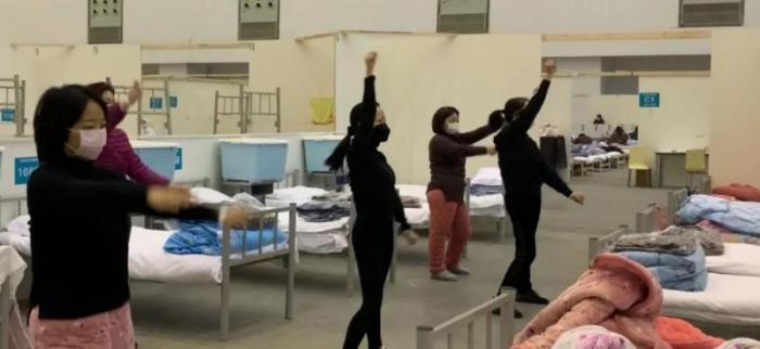 肖婷(前排中)和病友们跳健身舞蹈