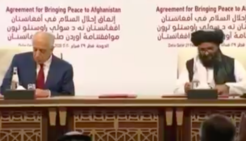 美国与塔利班签定和平制定现场。/英国天空讯休台视频截图