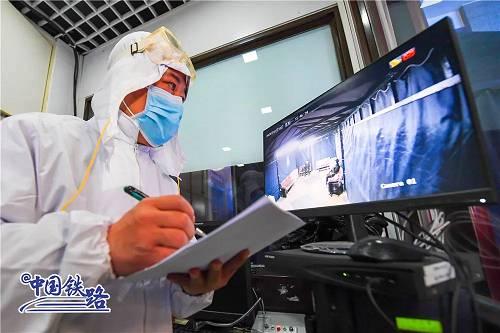 铁路部分构造各车站做益平时消毒,配备消毒药械,培训保洁人员。北京局集团公司添大对管内车站的消毒和通风力度,每天安排1295名做事人员对车站候车室、卫生间、售票大厅等101.12万平方米区域进走消毒;每天对北京、北京西、北京南、清河、北京北等客流较大的车站添密消毒频次;对车站的中央空调、通风体系进走周详的清洗消毒和检查维护,保持空气清亮。