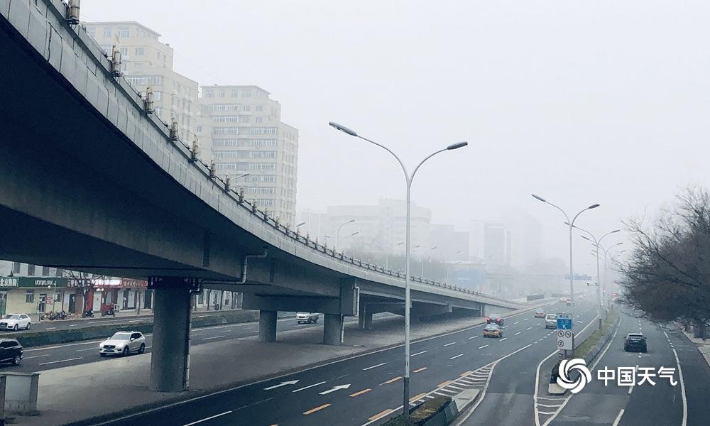 北京今晨现大雾 晨雾中的建筑物若隐若现
