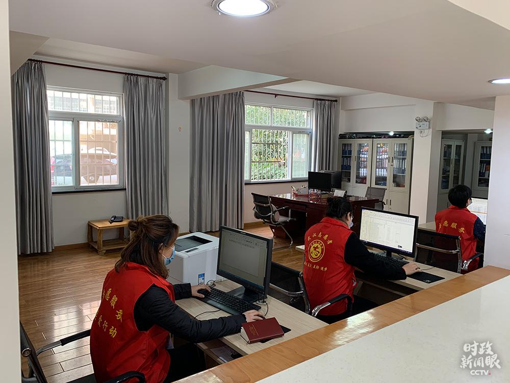 在东湖新城社区党群服务中压服务的自觉者,负责信息登记、体温测量、站岗消毒等。(总台央视记者段德文拍摄)