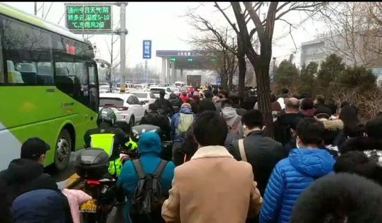 818路和拥挤的人群一首在期待白庙北综相符检查的放走