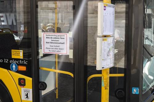 3月16日,在德国柏林,一辆公交车上张贴着禁止乘客从前门上车避免与司机接触的告示。新华社记者单宇琦摄