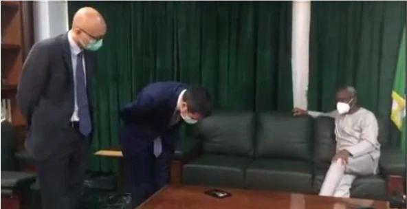 网传中国驻尼日利亚大使向尼方鞠躬道歉,后被证实系蜚语。原料图。