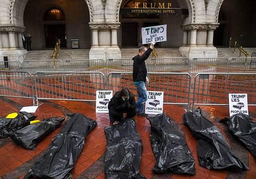 美国抗议民众在特朗普国际酒店前摆放假的尸体袋 图源:《华盛顿邮报》
