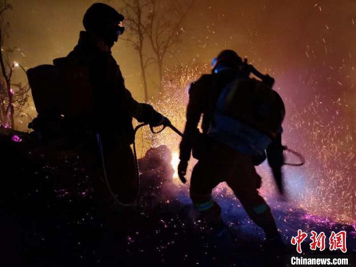 云南安宁森林火灾:蔓延至邻县禄丰 安宁境内明火扑灭
