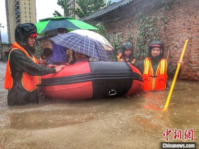 图为随州消防员开展救援及排涝工作 鄂消宣 摄