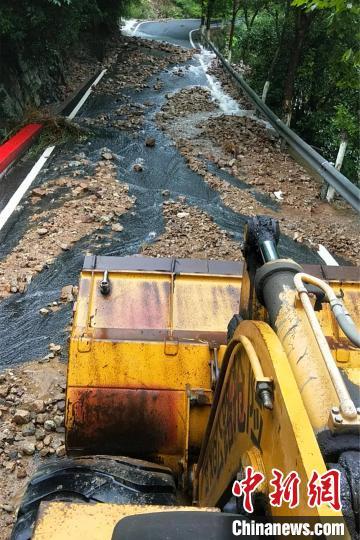暴雨致部分道路受损 浙江新昌清理坍方1800余立方米