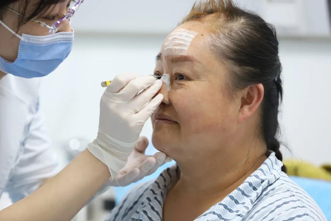 新氧公益救助第一人:她摘下戴了43年的口罩