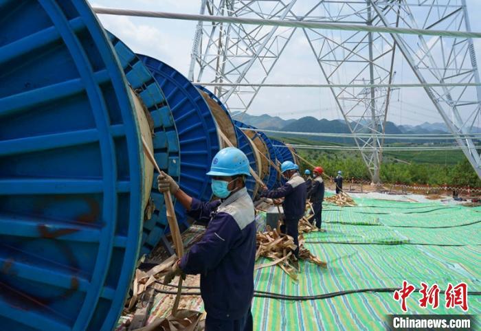 雅中—江西特高压直流输电线路工程川滇段进入架线施工阶段