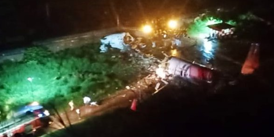 印度客机冲出跑道,断成两截,已导致至少14人死亡,15人重伤