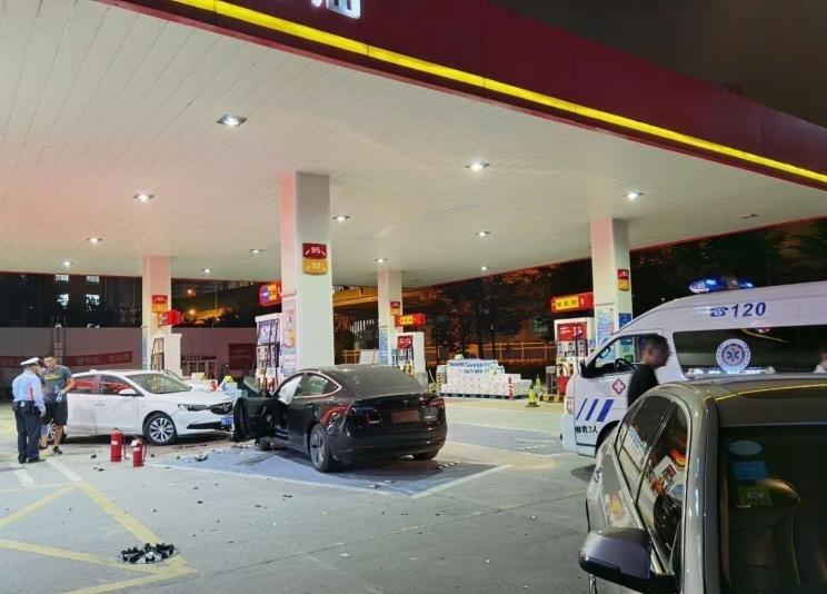 特斯拉Model 3失控冲进加油站 事故原因仍在调查中