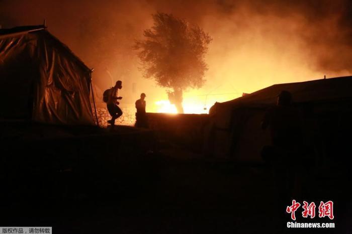 希腊难民营遇火灾又现疫情 首现新冠死亡病例