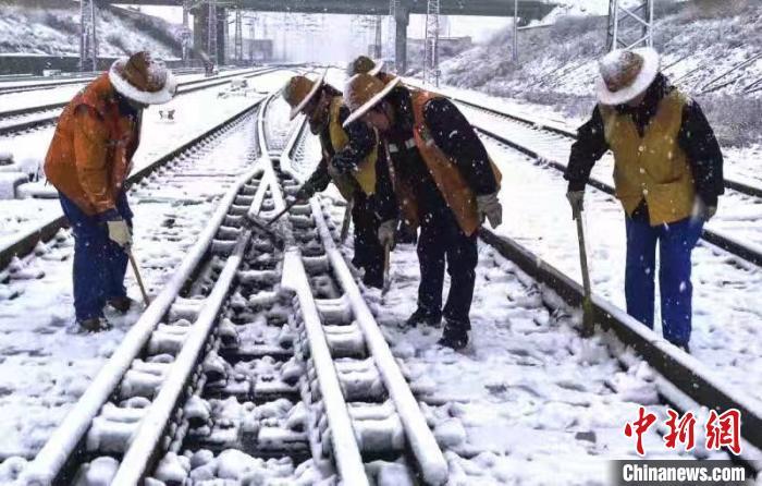 """""""王炸级""""寒潮袭滇 铁路部门万人保障旅客平安温馨出行"""