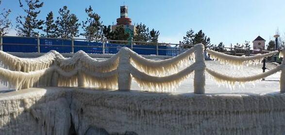 山东长岛海边现冰冻奇观似鸳鸯锅 网友:好像回到了冰川时代