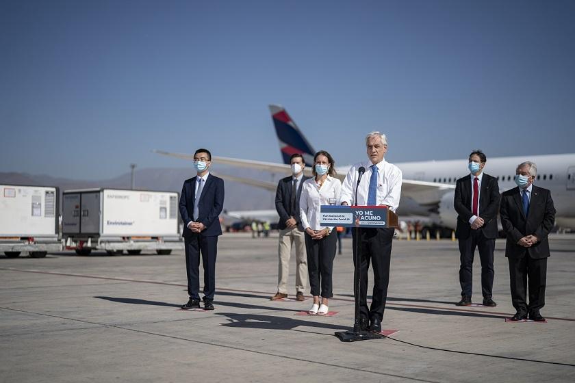 智利总统赴机场迎接中国新冠疫苗 智利将于2月开始大规模接种工作