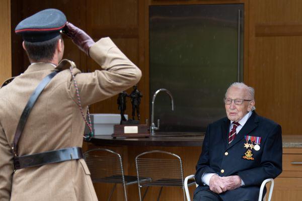 英国百岁老兵感染新冠住院 曾为国民保健署筹4500万美元