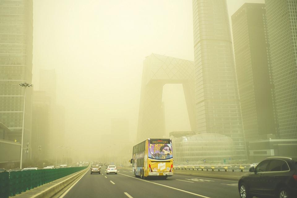 近10年最强沙尘暴来袭 北京能见度不足1公里 中国气象局答每经问:防护林对沙尘天气的影响非常小