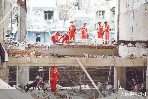 湖北省消防救援总队正在利用雷达生命探测仪和搜救犬同步展开被困人员搜救