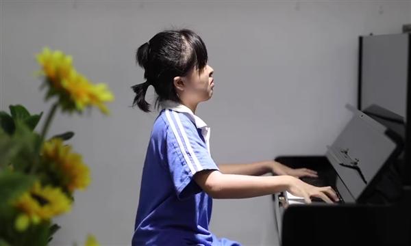 无眼女孩学琴2年考取英皇钢琴8级 网友:上帝为你开了另一扇窗